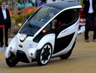 Elektro-Dreirad auf den Straßen von Toyota City unterwegs